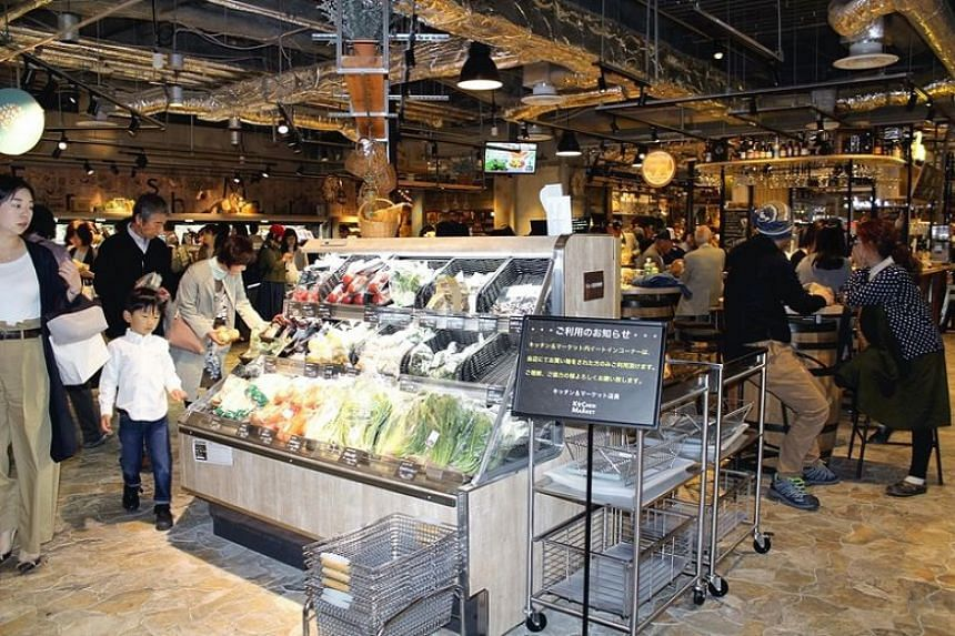 People can choose vegetables and other foods to be cooked at a barbecue corner in the Lucua Osaka commercial complex in Kita Ward, Osaka.