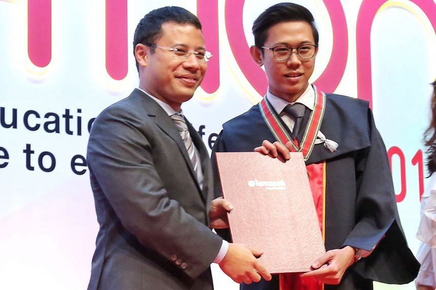 Mr Sim Rong Xing (right) receiving the Tay Eng Soon Gold Medal from Minister for Social and Family Development Desmond Lee.