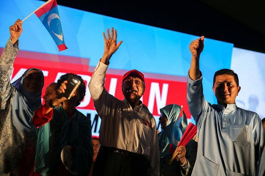 Former prime minister and candidate for opposition Alliance Of Hope, Mahathir Mohamad (centre) speaks during an election campaign rally in Kuala Lumpur, on May 6, 2018.