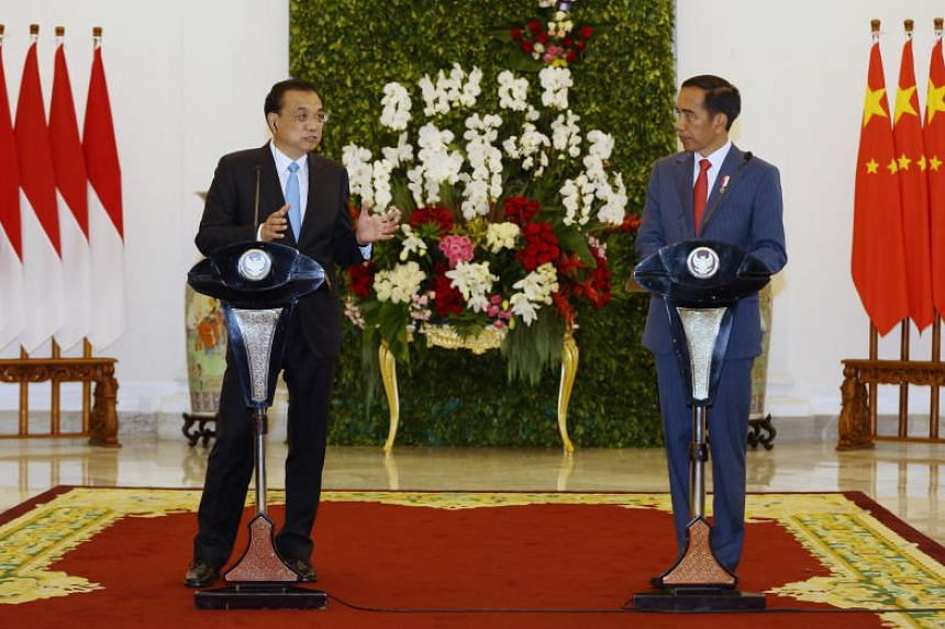 Chinese Prime Minister Li Keqiang and Indonesian President Joko Widodo speak during a meeting at the presidential palace in Bogor, Indonesia, on May 7, 2018.