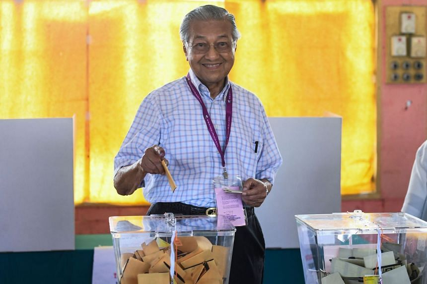 Former Malaysian prime minister and opposition coalition Pakatan Harapan's candidate Mahathir Mohamad casts his vote at a polling station in Alor Setar, on May 9, 2018.