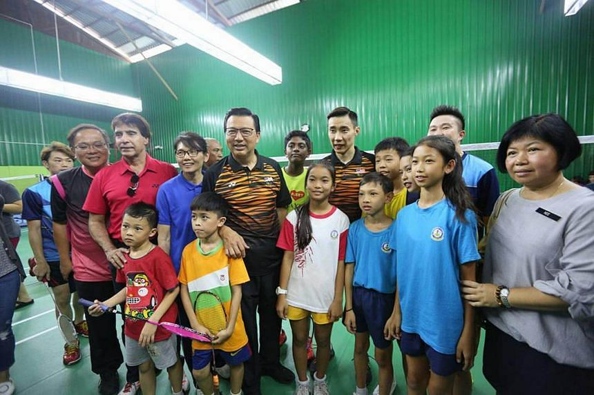 MCA chief Liow Tiong Lai (front row, centre) with badminton star Lee Chong Wei (back row, centre) while on the campaign trail on May 5, 2018.