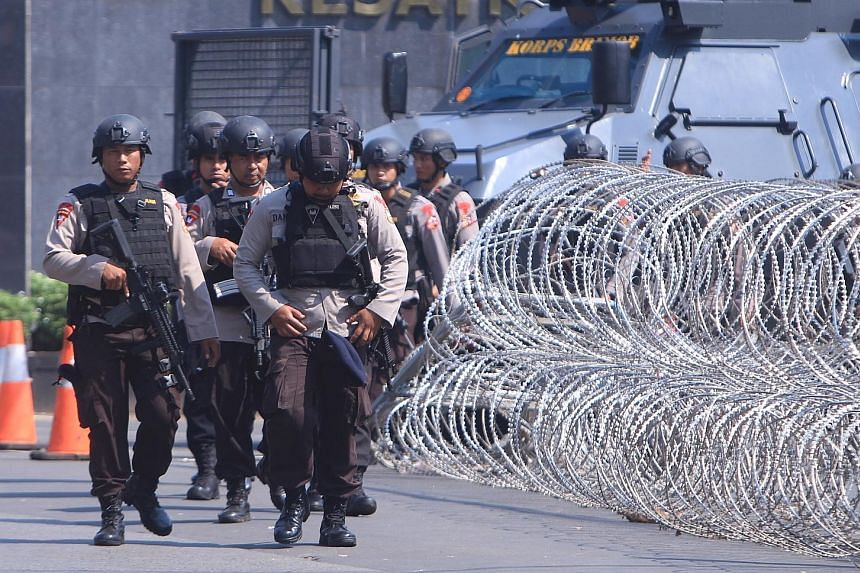Mobile Brigade Corps officers stormed a high-security jail near Jakarta yesterday, ending a stand-off with pro-ISIS inmates.