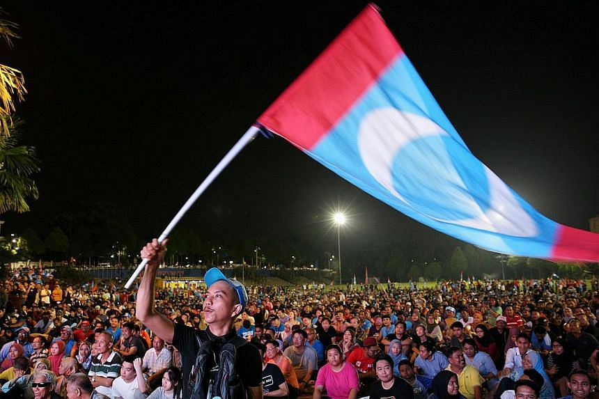 Malaysia's newly elected Premier Mahathir Mohamad at a news conference in Menara Yayasan Selangor, Petaling Jaya, yesterday. Supporters of Tun Dr Mahathir Mohamad, who was an opposition candidate for Pakatan Harapan, outside the hotel in Petaling Jay
