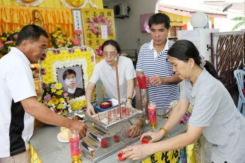 Family members at the wake of Corporal Kok Yuen Chin in Melaka on May 15, 2018.