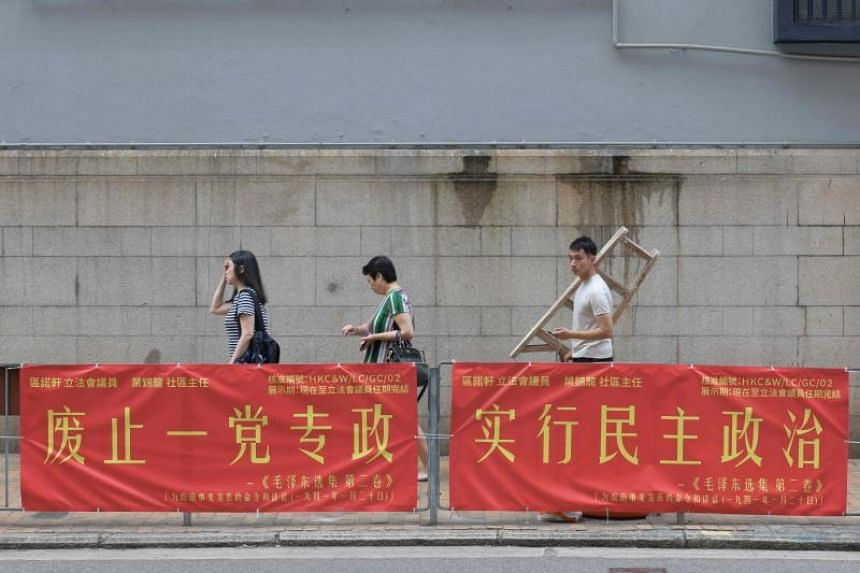 Two political banners carrying quotes from  Mao Zedong that purport to be in favour of democracy have appeared on roadside railings, close to China's liaison office in Hong Kong.