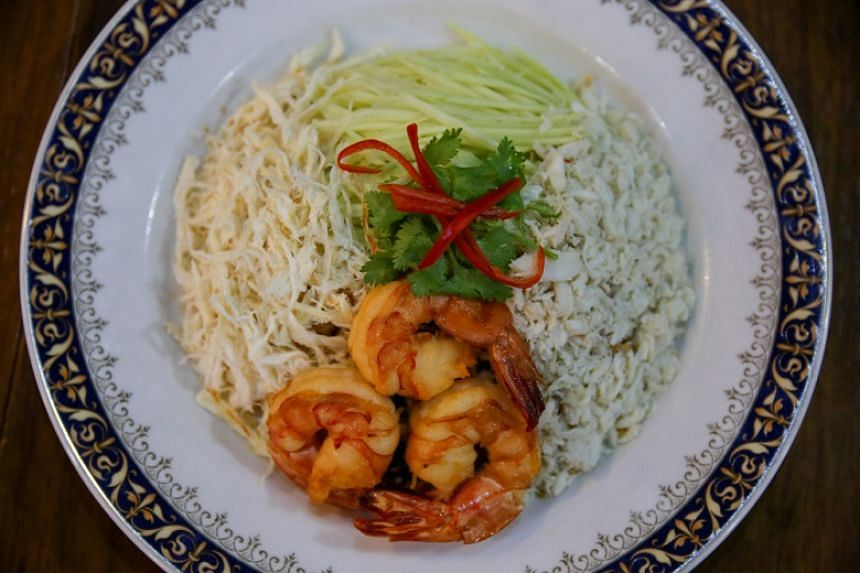 Phad thai song krueng combines various quality ingredients, including shrimp oil, fresh extra-large deep-sea prawns, and sliced squid.
