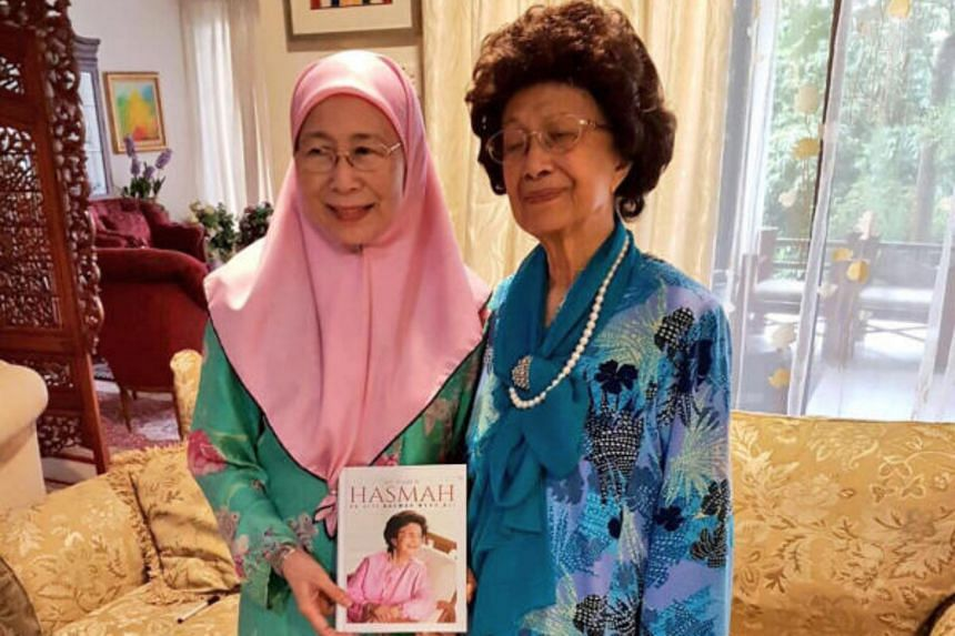 Tun Dr Mahathir's wife, Tun Siti Hasmah Mohamad Ali (right), with Anwar Ibrahim's wife, Dr Wan Azizah Wan Ismail, at the latter's home in November 2016.