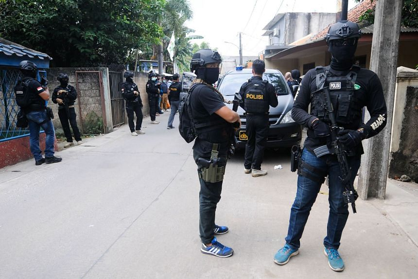 Indonesia counterterrorism squad Densus 88 conduct a raid in Tangerang, following a recent spate of terror attacks in the country, on May 16, 2018.
