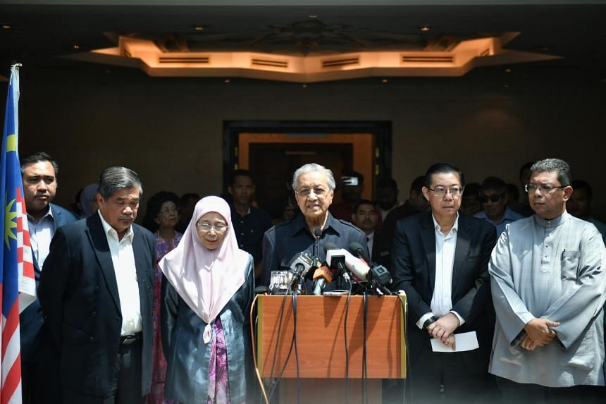 Malaysian Prime Minister Mahathir Mohamad (centre) giving a press conference with Pakatan Harapan leaders (from left) Anthony Loke, Mohamad Sabu, Wan Azizah Wan Ismail, Lim Guan Eng and Saifuddin Abdullah on May 11, 2018.