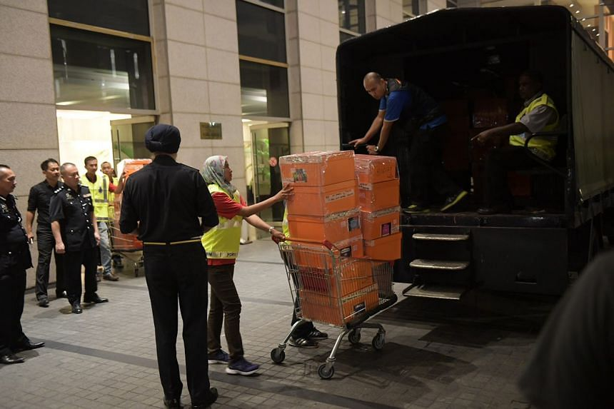 photo6336708377182316630 - Malaysian police seize 284 luxury bags, 72 bags of cash and valuables from Najib - Weird and Extreme