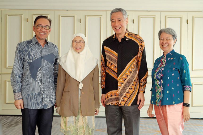 Prime Minister Lee Hsien Loong and meets Pakatan Harapan presidential council member Datuk Seri Anwar Ibrahim at the Marriott Hotel in Putrajaya on May 19, 2018. They were accompanied by their wives, Mrs Lee and Datuk Seri Dr Wan Azizah Wan Ismail.