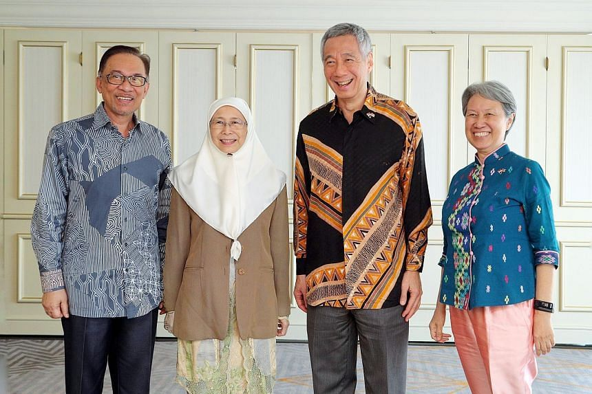 Datuk Seri Anwar Ibrahim and his wife, Deputy Prime Minister Wan Azizah Wan Ismail, visiting Mr and Mrs Lee in Putrajaya yesterday. Singapore Prime Minister Lee Hsien Loong and Malaysian Prime Minister Mahathir Mohamad with their wives Ho Ching and S