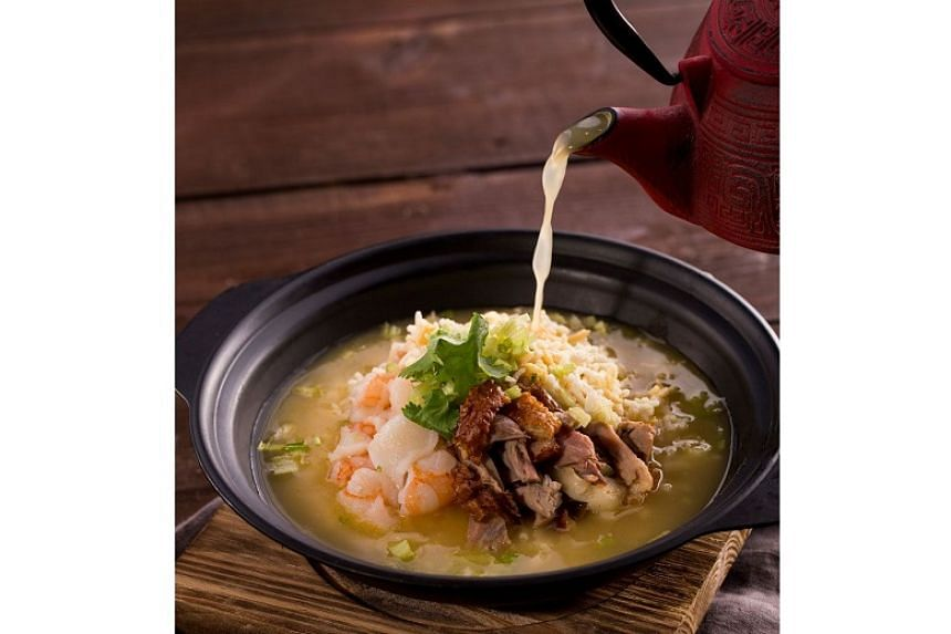 Seafood rice in aromatic duck soup.
