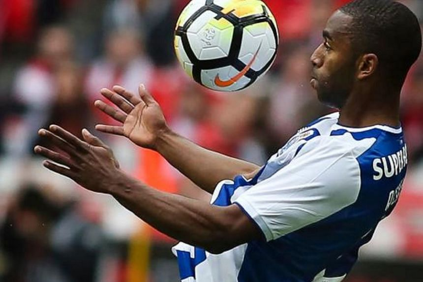 Porto's defender Ricardo Pereira controls the ball during the Portuguese league footbal match between SL Benfica and FC Porto at the Luz stadium in Lisbon on April 15, 2018.