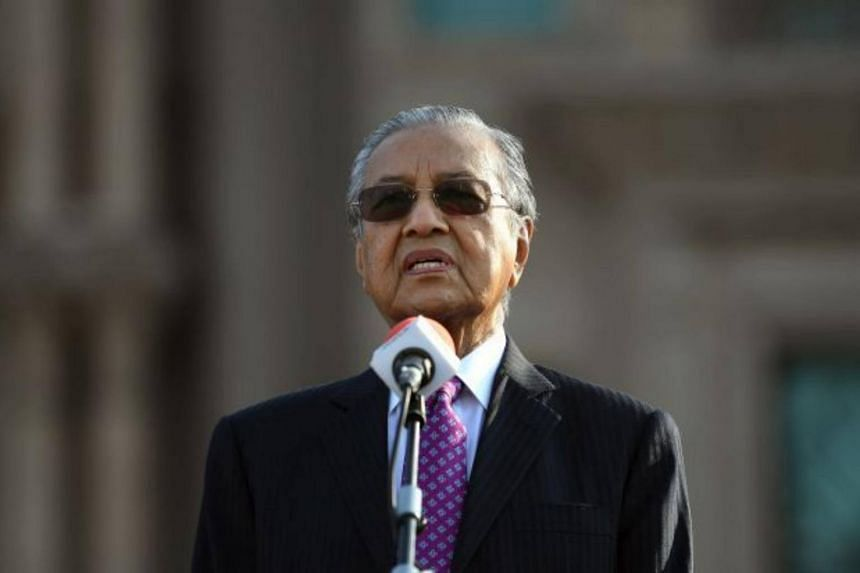 Malaysian Prime Minister Tun Dr Mahathir Mohamad asked civil servants to give him their undivided cooperation in the administration of the country.