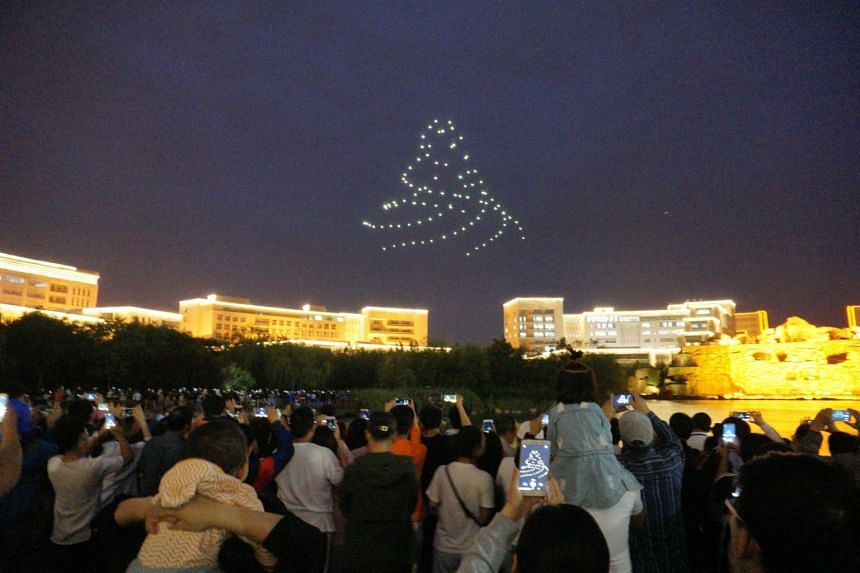 Residents of Tianjin Eco-City were treated to a weekend of carnival fun with activities such as a 100-drone light show on Saturday evening.