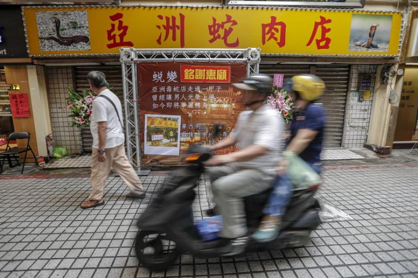 The Asia Snake Meat Store, famed for nightly live slaughter of snakes and for keeping a snake-catching orangutan, will be turned into a hot pot restaurant as it drew its shutters for the last time on May 21, 2018.