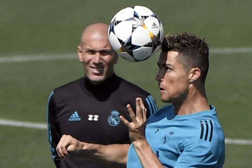 Ronaldo (right) and Real Madrid's French coach Zinedine Zidane attend a training session in Madrid, May 22, 2018.