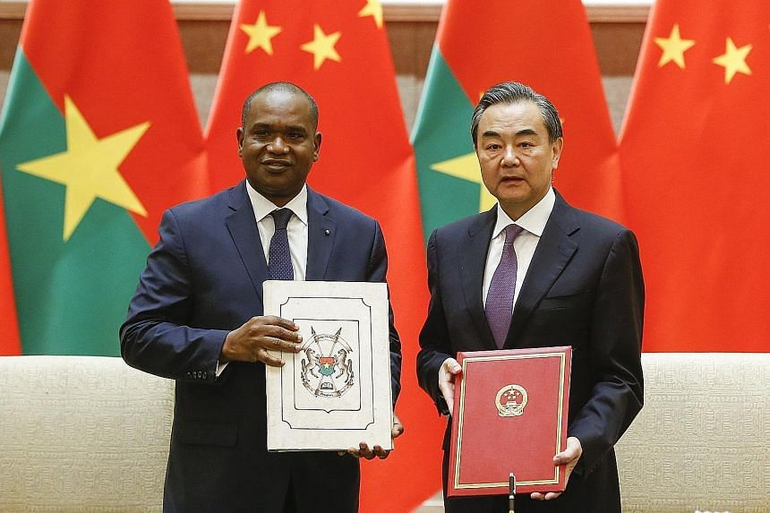 Burkina Faso Foreign Minister Alpha Barry and Chinese Foreign Minister Wang Yi at the signing ceremony establishing diplomatic relations between the two countries in Beijing yesterday.