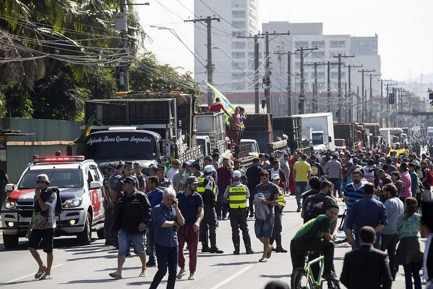 Brazilian truck drivers and people blocking a street in Sao Paulo, Brazil, on May 28, 2018. More than 550 road blockages by truckers were mounted across 24 of the country's 27 states.