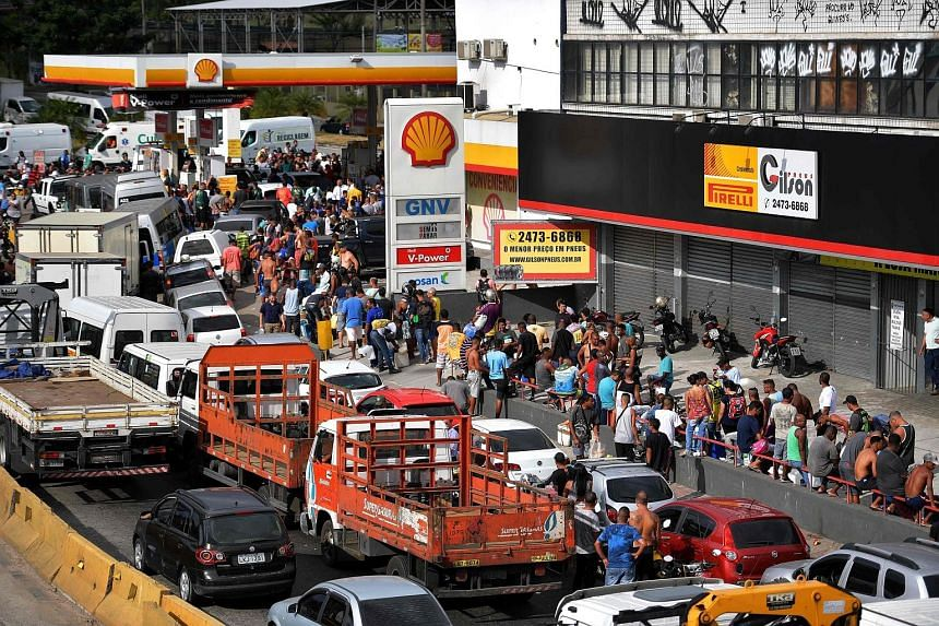 People lining up for fuel at a petrol station in Rio de Janeiro on Monday, the eighth day of a strike to protest against rising fuel costs in Brazil.
