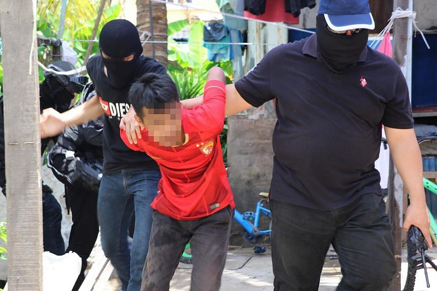 A team of Counter Terrorism officers arresting one of the suspects nabbed in Sabah.