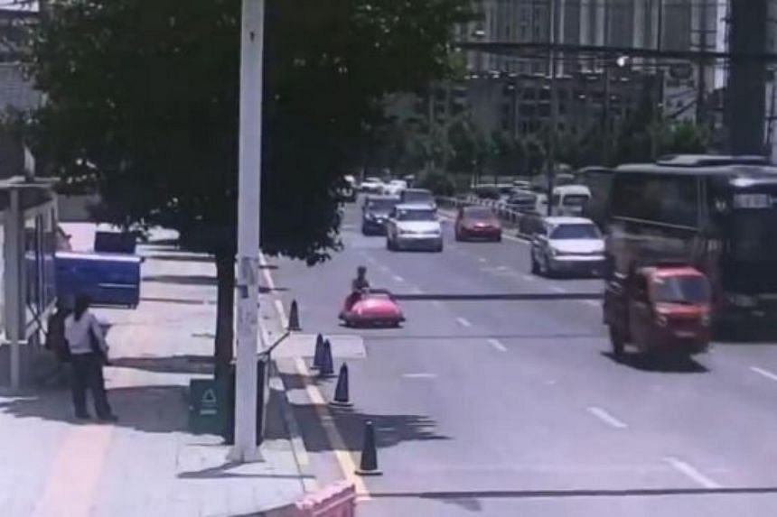 A woman who drove her bumper car on the road in Guiyang, Guizhou province was pulled over by local police and had her vehicle confiscated.