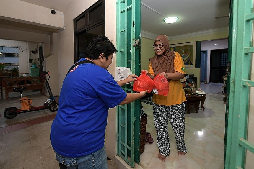 Food delivery riders volunteered their services in the spirit of Ramadan, putting packets of the famous Masjid Khalid briyani into thermal bags before delivering them to elderly and needy residents in Woodlands last night. Since 2016, Woodlands grass
