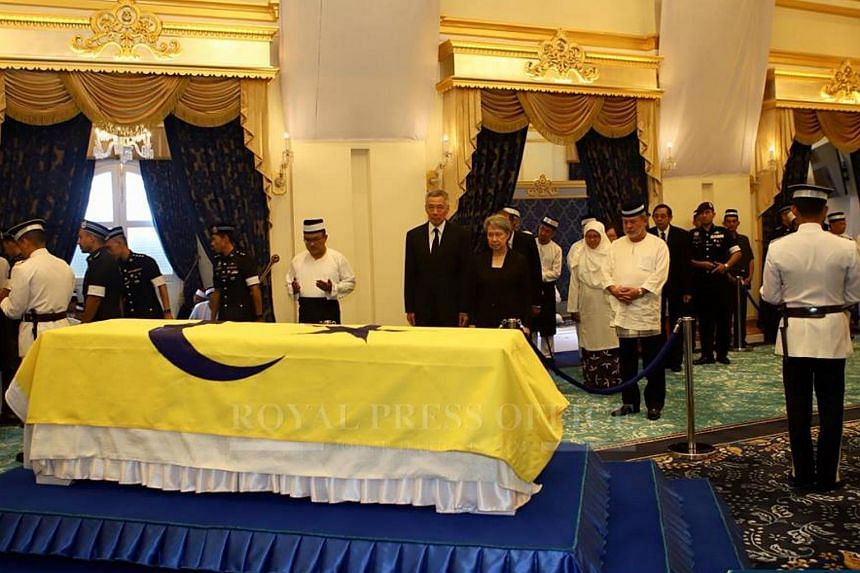 Prime Minister Lee Hsien Loong and his wife paying their last respects to the mother of Johor Sultan Ibrahim Sultan Iskandar, Yang Amat Mulia Enche' Besar Hajah Khalsom Abdullah.