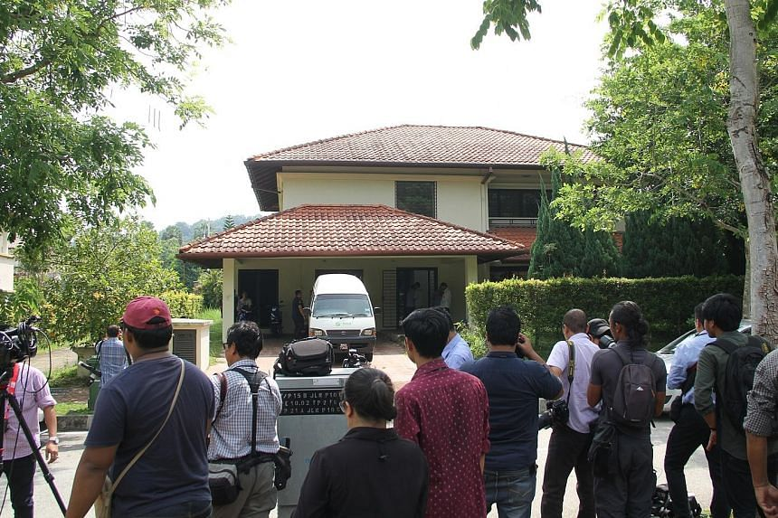 Plainclothes police officers raided a house in Malaysia's administrative capital Putrajaya yesterday, as part of what is believed to be a probe into graft at state fund 1Malaysia Development Berhad. They took away several boxes from the unoccupied pr