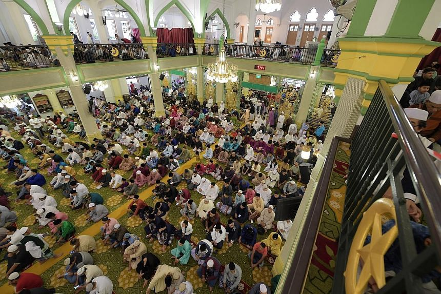 Over 50 residents and grassroots and community leaders of various ethnic and religious backgrounds in East Coast GRC and Fengshan SMC marked the start of the Hari Raya Aidilfitri celebrations at Al-Taqua Mosque yesterday. Students from Woodlands Seco