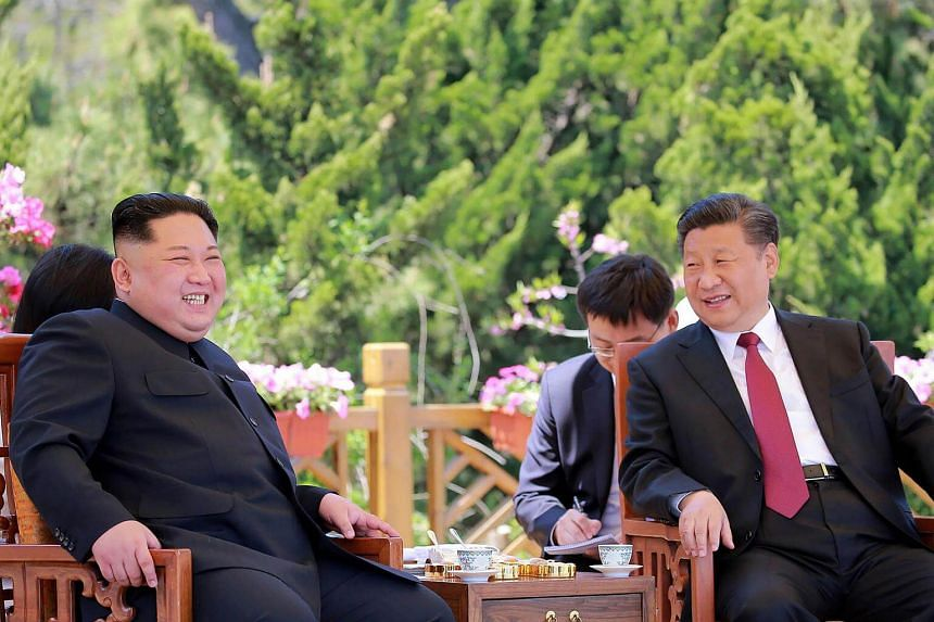Chinese President Xi Jinping (right) and North Korean leader Kim Jong Un during a meeting in the Chinese city of Dalian, on May 8, 2018.