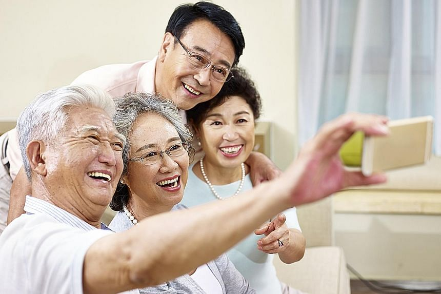 Having an active social life helps delay memory loss as people grow old. Having good friends, volunteering for charities and other forms of social engagement can also protect one's memory.
