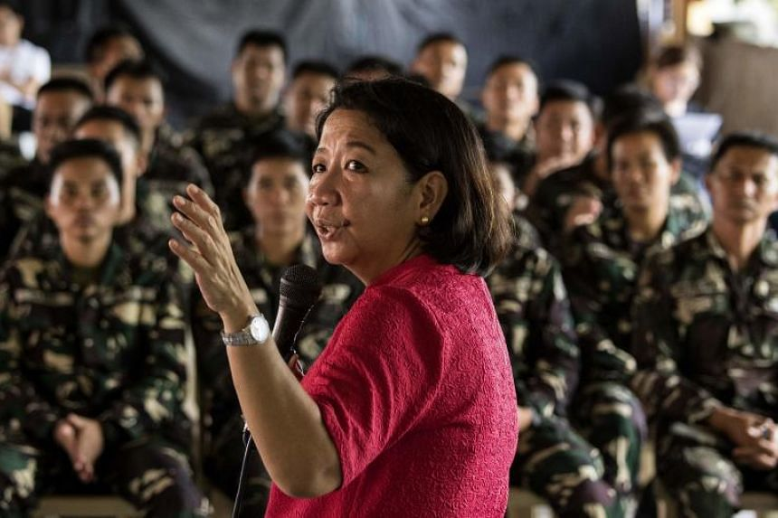 Journalist Rowena Paraan conducting a lecture on fake news in Philippine Army Camp Jaime Bitong in Baler on May 11, 2018.