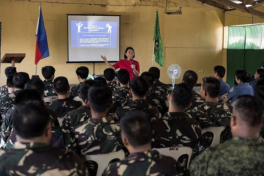Journalist Rowena Paraan teaching her fellow Filipinos how to spot fake news at a recent media boot camp.