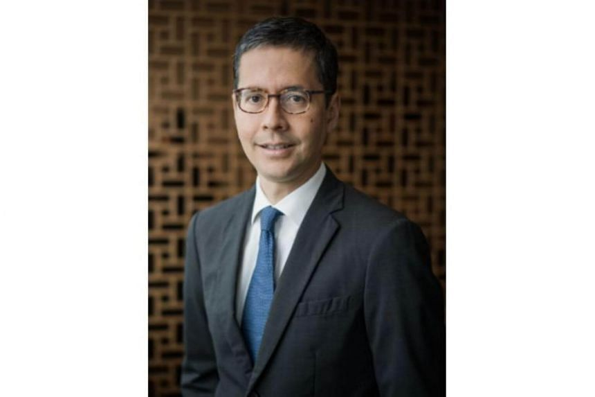 Standard Chartered Bank has appointed veteran banker Patrick Lee as chief executive officer of the bank in Singapore, subject to regulatory approval.