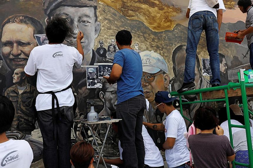 Thai artists working on a giant painting yesterday about the mission to save the 12 soccer boys and their coach at Tham Luang cave complex in Chiang Rai. The hunt to find them turned into an international rescue operation involving thousands of peopl