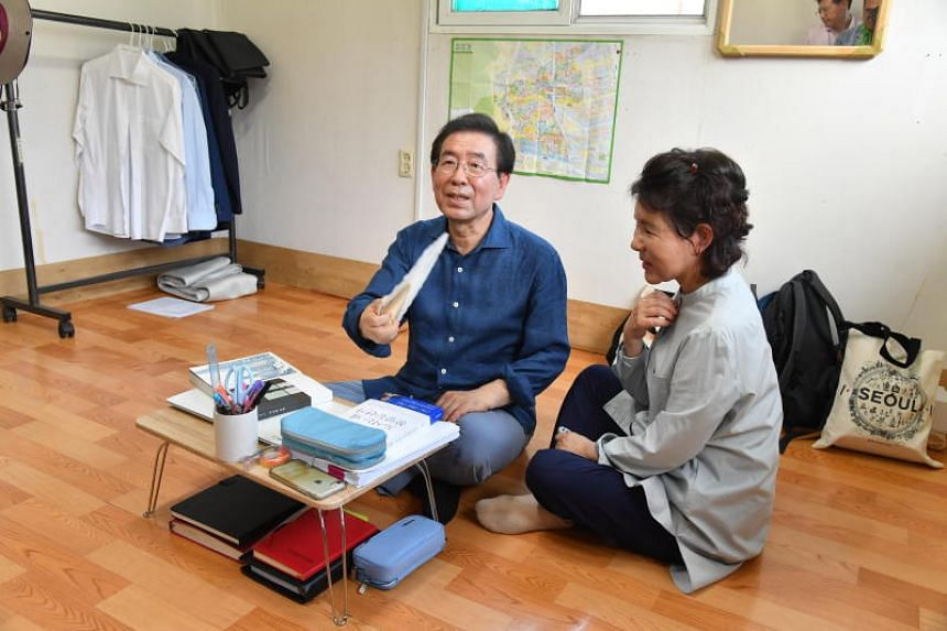 Seoul Mayor Park Won-soon and his wife Kang Nan-hui move into a rooftop home in northern Seoul to experience living for one month in an underdeveloped part of the capital.