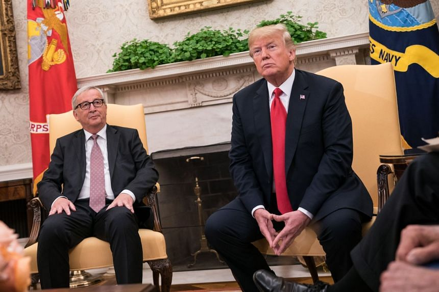 Donald Trump (right) briefing the media with Jean-Claude Juncker (left) in the Oval Office of the White House.