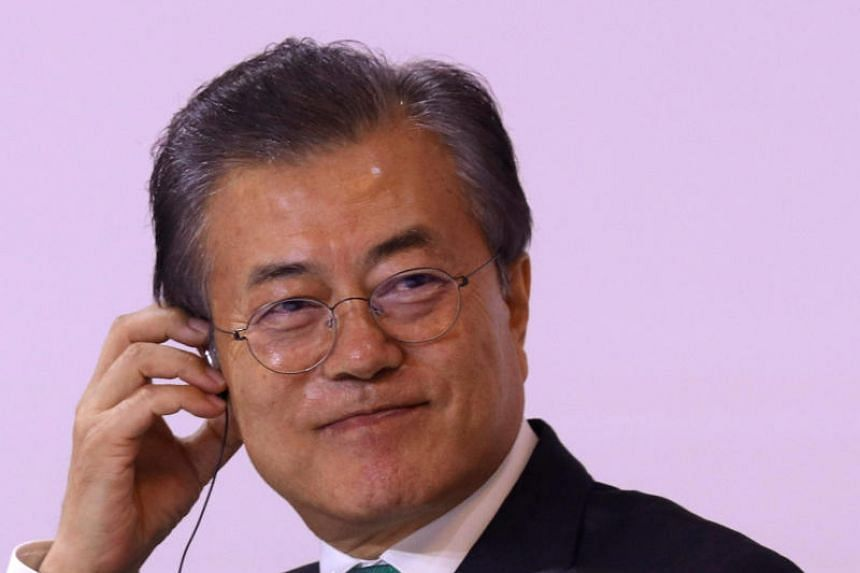 South Korean President Moon Jae-in's approval scores hovered high, but it continued to fall for the sixth consecutive week amid controversy over the minimum wage hike.
