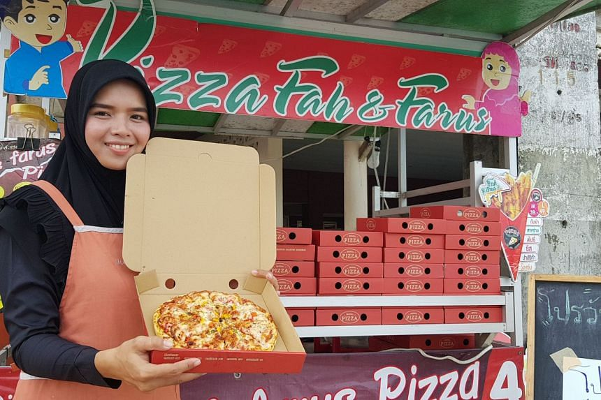 Entrepreneur Nuraini Muhi hit upon a winning idea when she started making pizzas at a streetside stall on the edge of Yala city using portable ovens one year ago. It proved to be so popular that customers placed bulk orders via Facebook and people ap