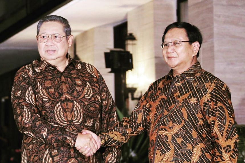 Former president Susilo Bambang Yudhoyono (left) said that he would support Gerindra party chairman Prabowo Subianto (right) in the 2019 presidential election.