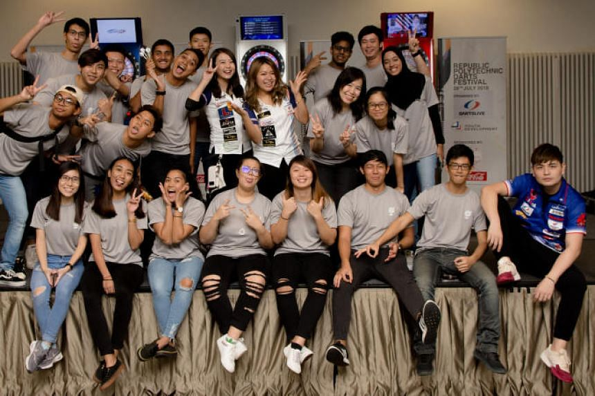 Republic Polytechnic students with Dartslive official player Leslie Lee (seated, right) and Dartslive support players Zuki Yap (standing, centre right) and Hedy Wong (standing, centre left).