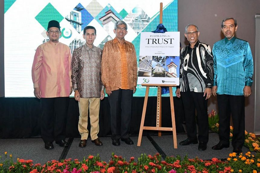Minister Masagos Zulkifli and Dr Yaacob Ibrahim along with Muis' senior management launch the policy book.