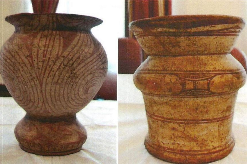 American collector Katherine Ayers-Mannix has returned her private collection of 12 prehistoric Baan Chiang pottery pieces to the Thai government.