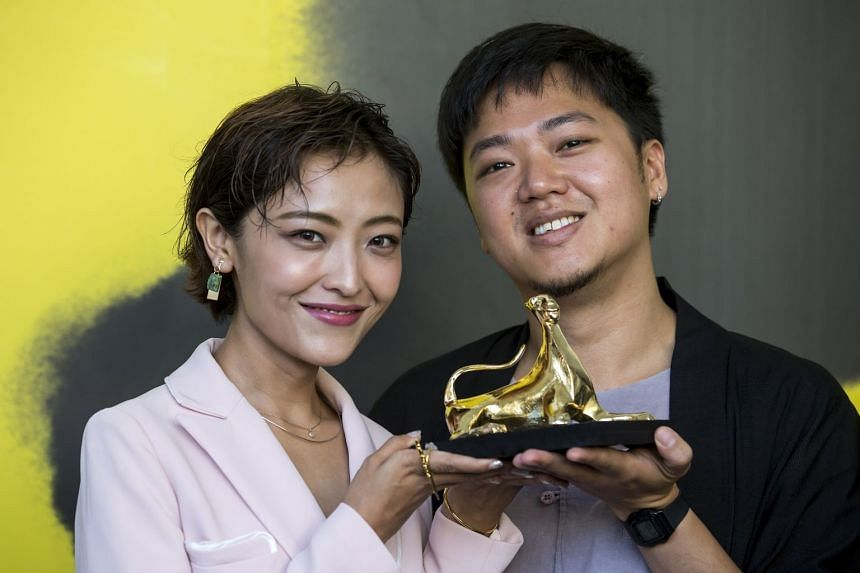 "Chinese actress Luna Kwok (left) and Singaporean director Siew Hua Yeo pose with the ""Pardo d'oro"" (Golden Leopard) for the film A Land Imagined."