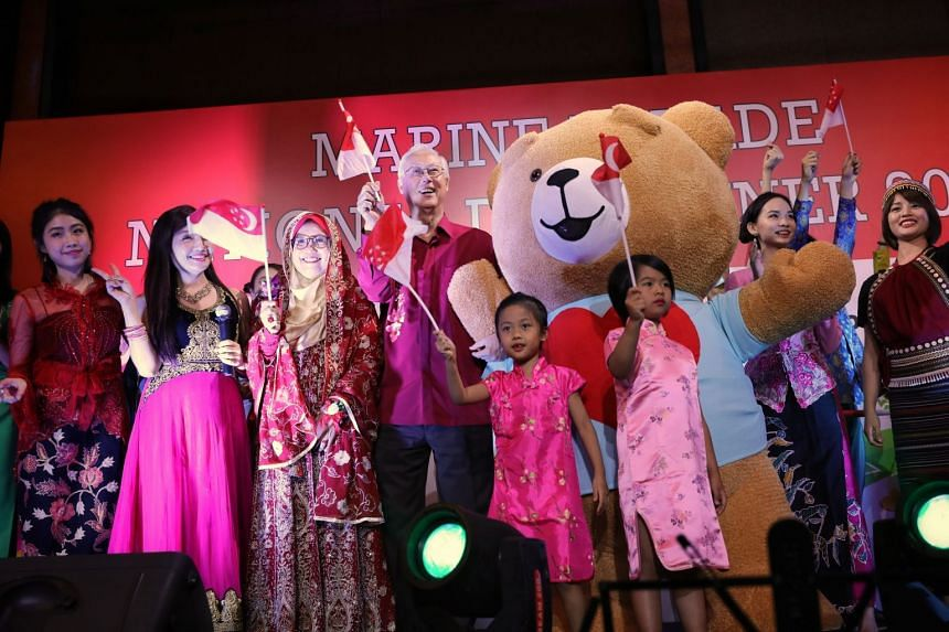 ESM Goh Chok Tong (centre) at the Marine Parade National Day Dinner held at Orchard Hote on Aug 18, 2018l, with performing group Coconut Mechelle and Mdm Juriah Binte Yatim (third from left), organizing chairperson of the National Day Dinner.