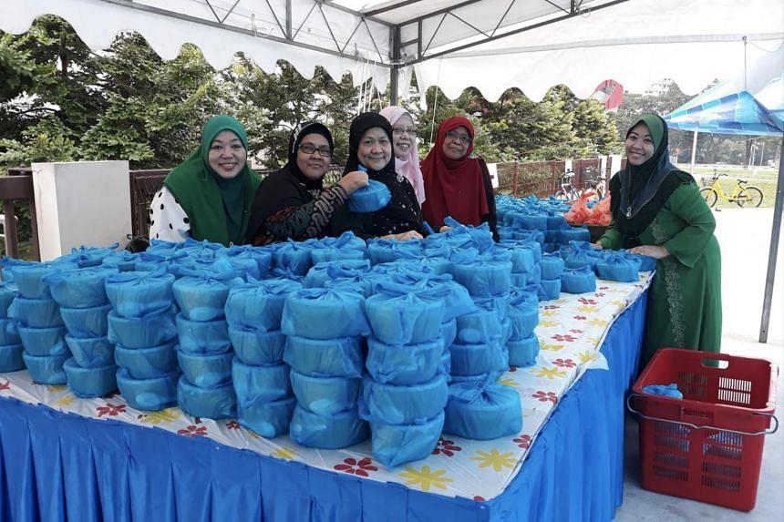 Volunteers preparing to give out food at Masjid Maarof.