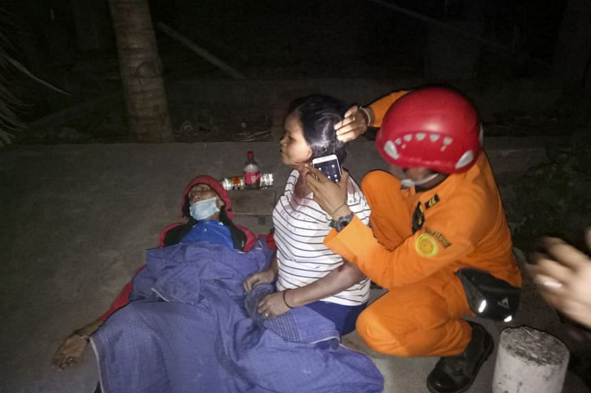 A rescue officer giving treatment to injured victims after a 6.9 magnitude earthquake struck Lombok, Indonesia, on Aug 2018.